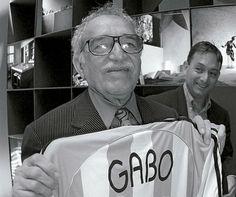 García Márquez en el estadio Gabriel Garcia Marquez, Writer, Diners, Coat, Libros, Writers, Literature, Sports, Reading