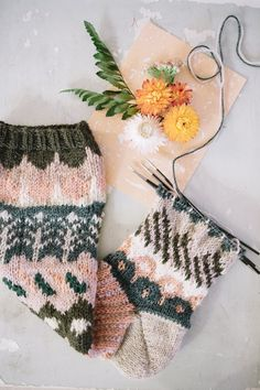 Makes me wish I could get the hang of knitting socks! Knitting Wool, Knitting Charts, Knitting Socks, Knitting Patterns, Crochet Patterns, Wool Socks, Knitting Designs, Knitting Projects, Yarn Crafts