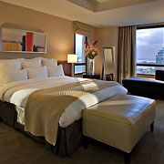 Brooklyn Marriott Suite - The suite bedroom at the New York Marriott at the Brooklyn Bridge offers a serene getaway from the busy city and is spacious, luxurious and extremely confortable thanks to Marriott's renowned bedding. #Suites #Brooklyn #Hotels
