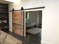 Dielen oder Holzbödenreste für die Verkleidung der Tür. Toller Hingucker. // Porte rivestite con legno antico. Bellissimo!