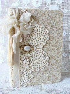Sugestão de SilMez         Sabe aquele crochê da vovó? ...pois é...renda, broche, fitas.. fazem uma capa de caderno vintage linda!  Ou até mesmo uma bolsa de festa!!.