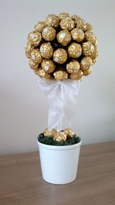 Luxuriöser Ferrero Rocher Baum, ansehnliche und gleichzeitig leckere Luxurious Ferrero Rocher tree, handsome and delicious at the same time on a Birthday gifts Ferrero Rocher Tree, Chocolates Ferrero Rocher, Ferrero Rocher Bouquet, Birthday Basket, Birthday Gifts, Xmas Gifts, Valentine Gifts, Homemade Gifts, Diy Gifts