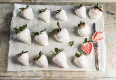 Kesän helpoin herkku: jäädytetyt jogurttimansikat. Nam! http://valio.si/PAt9T #valioreseptit