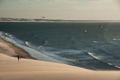 Photo : Seascape of beachgoers and kiteboarders /// Jericoacoara au Brésil > Spot de Kite surf hyper connu