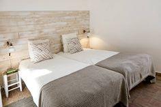 Quarto - decoração de casa de férias: Quarto translation missing: pt.style.quarto.mediterranico por Home Staging Factory