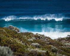 Cape Naturaliste Lighthouse - Wir haben dort eine Wanderung zur Küste gemacht, zu einem Spot, von dem man ab und zu Wale beobachten kann. Wir verbrachten etwa 1.5h auf der Platform aber wurden leider nicht belohnt... Leider konnten wir keinen Wal ausfindig machen. Es war auch etwas schwierig ohne ein Fernglas 😂 Auf dem Rückweg zum Leuchtturm kamen wir an diesem Ort vorbei, der auf den ersten Blick nicht so speziell war 🙈 Aber die riesigen und unglaublich blauen Wellen waren echt… Waves, Outdoor, Inspiration, Instagram, Whale Watching, Binoculars, Light House, Australia, Beautiful Places