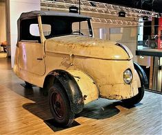 A 1943 Peugeot VLV. Due to fuel rationing by German occupation forces in France, other types of propulsion were tested. The electric motor in the rear of the car made hp and accelerated the car to a maximum of 30 km / h. Electric Motor, Electric Cars, Peugeot, Auto Business, Car Makes, Lead Acid Battery, Alternative Energy, Inventions, Antique Cars
