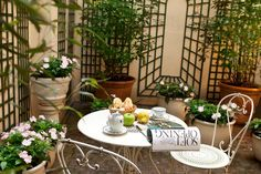 This lovely courtyard belongs to the Relais du Louvre, a charming little 3 stars hotel in the center of Paris. Find out more about this classic chic Parisian boutique hotel on http://relais-du-louvre-paris.com/