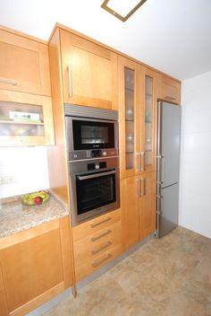 #cocinas Diseño de cocinas en Barrio del Pilar (Madrid) madera Teide clarito con encimera naturamia