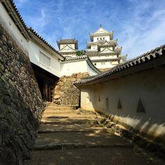 Доброе утро из замка Белой цапли! Замок в Химэдзи - самый большой и красивый в Японии знаменит белизной стен и изящными силуэтами многочисленных башень. Его прекрасно сохранившийся с 17 века уникальный комплекс фортификационных укреплений - одна из главных японских достопримечательностей сегодня. Находится всего в часе езды от Киото. Алексей Чекаев Туры и экскурсии по Японии с Midokoro.JP #мидокоро #туры #путешествия #Киото #Химэдзи #Химедзи #замок #замки #японскаяархитектура #японскийсад…