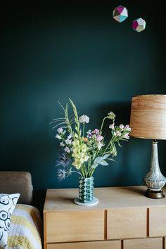 Chez decoration appartement de melodie michel berger les plantes et fleurs sont dans toutes les pièces.