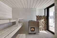 a sauna appliance? Four-Cornered Villa, Avanto Architects, sauna, light gray wood-panelled room with wooden planks Sauna Steam Room, Sauna Room, Design Sauna, Scandinavian Saunas, Scandinavian Style, Modern Saunas, Sauna Seca, Outdoor Sauna, Compact House