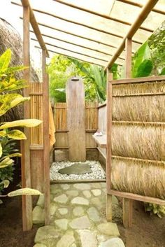 21 Inspiring Outdoor Bathroom Design Ideas 28 Outdoor Shower Ideas with Maximum Summer Vibes Outdoor Toilet, Outdoor Baths, Outdoor Bathrooms, Outdoor Rooms, Outside Showers, Outdoor Showers, Garden Shower, Tropical Houses, Renting A House