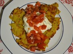 Gestern gab es was mit Kartoffeln und Käse....und Basilikumquark und Tomatensalat #käse #mediterran #frischekräuter #quarkmachtstark #kartoffelnmitquark #kartoffelpizza #fresh #vegetarisch #glutenfrei #foodismylife http://foodismylife.de/kartoffeln-und-kaese/