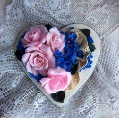 Интерьерное украшение в стиле прованс. Сердечко с цветами из полимерной глины. Высота - 18 см. Все цветы и листики вылеплены вручную. Цена - 175 грн. Возможны вариации в любых тонах и с разными цветами. Больше - в моем магазине http://www.midom.com.ua/.