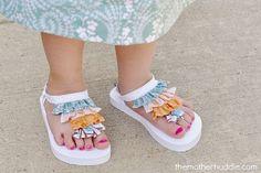 flip flops diy ruffle on sandals. this is so cute! Diy Spring, Flipflops, Criss Cross, Diy Clothing, Cute Crafts, Flip Flop Sandals, Baby Sandals, Baby Shoes, Sewing For Kids