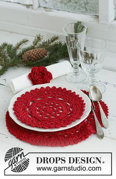 """DROPS Extra - Crochet DROPS Christmas place mat/doily and serviette ring in """"Cotton Viscose"""" and """"Glitter"""". - Free pattern by DROPS Design Crochet Cowl Free Pattern, Bag Crochet, Crochet Home, Knitting Patterns Free, Free Crochet, Free Knitting, Crochet Placemats, Crochet Potholders, Crochet Doilies"""