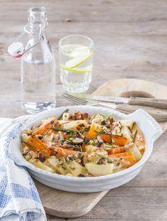 Pastinaken-Karotten-Auflauf mit Nüssen       400 g Pastinaken und 400 g Karotten schälen, der Länge nach halbieren und in ca. 4 cm lange Stücke schneiden. 1 Zehe Knoblauch in feine Scheiben schneiden. 3 EL Sonnenblumenöl (z.B. von Naturata) erhitzen, Gemüse darin bissfest garen. Knoblauch und 2 EL gehackten Rosmarin dazugeben und kurz mitbraten. In eine Auflaufform geben. 50 g Butter erhitzen, 1 TL Mehl darin für einige Minuten anschwitzen. Unter Rühren 250 ml Gemüsebrühe (z.B. von…