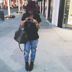 t3197y-l-c680x680-watch-shirt-shoes-jewels-hat-t+shirt-bag-cute-glasses-jeans-ripped+jeans-fall-blue+jeans-black+tee-fedora-burgundy+hat-burgendy-lv+bag-black+t+shirt-louis+vuitton.jpg (680×680)