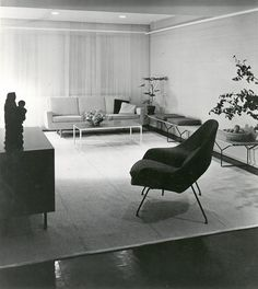 Project: Knoll International showroom in Stuttgart, Germany, 1952 | Interior Design: Knoll Planning Unit/Florence Knoll | Product: Eero Saarinen's Womb Chair, Harry Bertoia's Bench and Florence Knoll's Parallel Bar Series Sofa | Knoll Inspiration