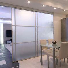 Huoneen voi jakaa kevyemminkin kuin perinteisellä väliseinällä. Tilanjako-ovilla seinän leveyttäkin voi muuttaa ja lasin läpi tulee valoa! Nyt on ideaa!!  #tilanjako #lasiovi #liukuovi #väliovi #tranferable #connectingdoor