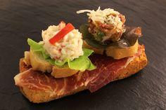 Picadillo de jamón ibérico + Ensalada de marisco + Base de pan tumaca con jamón ibérico