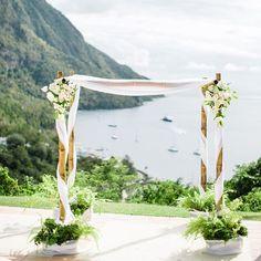 Un arco de flores para bodas con bambu con tela entrelazada y arreglos de flores blancas creado por Jardin Tropical. Toma nota del paso a paso!                                                                                                                                                                                 Más