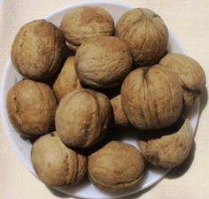 walnut with shell Walnut Kernels, Baked Potato, Healthy Living, Shell, Vegetables, Ethnic Recipes, Food, Meal, Healthy Life