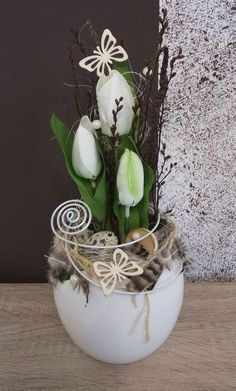I love these small but impactful arrangements for a side or coffee table Easter Flower Arrangements, Easter Flowers, Floral Arrangements, Deco Floral, Arte Floral, Flower Crafts, Flower Art, Easter Table Decorations, Diy Ostern