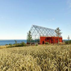 Au sud de la Suède, le paysage agricole autour du lac de Vättern est ponctué par une architecture rurale aux façades rouges. Le projet des architectes du studio Tailor Made arkitekter accompagne un nouveau développement économique dans la région...