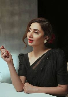 Pakistani Dresses Casual, Indian Fashion Dresses, Pakistani Dress Design, Indian Designer Outfits, Saree Wearing Styles, Saree Styles, Mehndi, Mahira Khan Dresses, Most Beautiful Faces