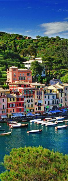 Portofino. Het schilderachtige vissersdorpje Portofino wordt ook wel de luxe parel aan de Italiaanse Rivièra genoemd. De badplaats bestaat uit een paar straatjes en een haven en is erg populair onder de toeristen.