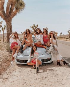 From the beautiful desert oasis parties to the Revolve festival seeing ASAP Rocky, Coachella 2018 was one for the books. Read on to see the full itinerary of what I did at Coachella Girl Group Pictures, Squad Pictures, Squad Photos, Cute Friend Pictures, Best Friend Pictures, Coachella 2018, Coachella Festival, Festival Looks, Festival Style