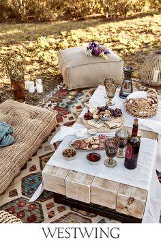 Die Temperaturen steigen, der Garten steht in voller Blüte, der Sommer ist da. Deshalb werden Balkon und Garten für Geburtstagspartys, Grillfeiern oder Sommerfeste aufgehübscht. Alles, was Ihr dafür braucht, findet Ihr jetzt auf WestwingNow unter der Kategorie Outdoor & Garten! // Interior Inspo Möbel Dekoration Wohnideen Home Einrichten #westwing #mywestwingstyle #outdoor #sommer #zuhause Picnic, My Bar, Parasol, Bohemian Living, Home Living, Elle Decor, Fine Dining, Amazing Gardens, Gardens