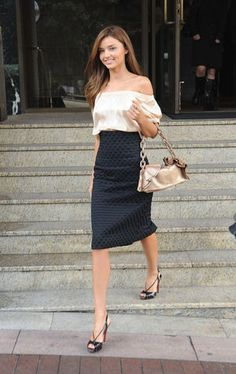 Today my style watch will be focusing on Miranda Kerr! Miranda Kerr is a world famous model for Victoria Secret and is wife to the very hand. Estilo Miranda Kerr, Miranda Kerr Style, Miranda Kerr Hair, Look Fashion, Fashion Photo, Fashion Beauty, Womens Fashion, Skirt Fashion, Spring Fashion