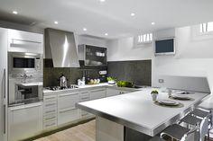 Moderne U-Formedelstahlküche mit Essbereich