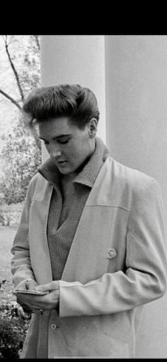 Elvis Presley Rare Images, photos, pictures never seen before 1970 elvis and his daughterGraceland Young Priscilla Presley, King Elvis Presley, Elvis Presley Family, Elvis Presley Photos, Rare Images, Rare Photos, Elvis Presley Las Vegas, Change Of Habit, Young Elvis
