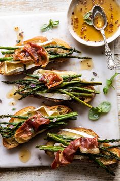 Crispy Prosciutto, Asparagus, and Brie Toast. Tuesday can be lonnnggg, so make y… – Recipes Brie, Yummy Recipes, Great Recipes, Carne Asada, Yummy Appetizers, Appetizer Recipes, Prosciutto Asparagus, Half Baked Harvest, Sweet And Spicy