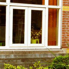Ikea-vaas achter een raam in Nijmegen
