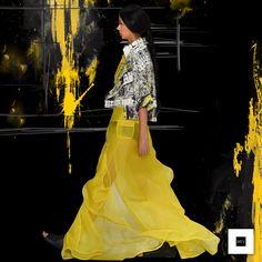 La yuxtaposición de prendas características de MEV, crean nuevos volúmenes y movimientos en telas de fibras naturales como la organza de seda , y otras sintéticas como el nylon y el acetato. Ballet Skirt, Skirts, Designers, Google, Dresses, Fashion, Silk Organza, Yellow, Fabrics