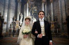 Holliday Grainger e Robert Pattinson in 'Bel Ami. Storia di un seduttore'