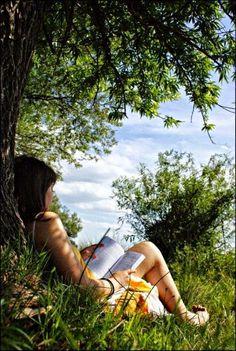 Capítulo 13 Lizzie leyendo debajo de un árbol