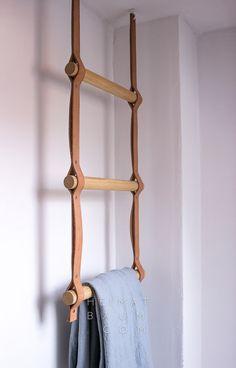 toallero con forma de escala, hecho de tiras de cuero y barras de madera