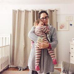 J'ai écouté ce que mon coeur de maman me chuchotait à l'oreille et ce soir encore je me suis glissée entre deux jouets et beaucoup trop de mousse dans le bain avec mes enfants. Le bien que ça nous fait! Oui le bain mais avant tout la chaleur d'être collés peau à peau comme quand ils étaient des petits minis bébés.  Et là après le lait le livre et le brossage de dents je m'aperçois dans le miroir avec ma fille dans les bras. Elle est si grande tout à coup! Même si je suis pro autonomie et…