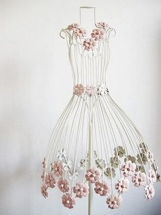 flower on wire dress form. I want one of these for my sewing room Wire Mannequin, Dress Form Mannequin, Jewelry Table Display, Estilo Shabby Chic, My Sewing Room, Arte Floral, Wire Art, Mannequins, Dressmaking