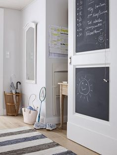 eine Tafel an der Tür als kleines Memoryboard und Malwiese. Da können Sie Ihre Einkäufe notieren, und die Kleinen können sich auch mal kreativ ausleben.
