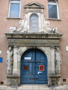 Entrada do Hospício São João de Brignoles, em Brignoles, departamento de Var…