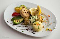 Rulou File de salau la cuptor cu sos butterlemon, servit cu garnitura de orez si legume la gratar, lamaie  http://www.aurrumpalace.ro/meniu-nunta-gold.html