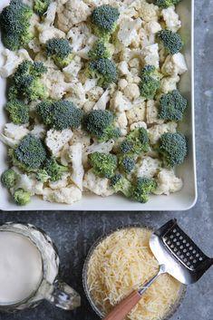 Kahden kaalin juustoinen gratiini - Tyrniä ja tyrskyjä Deli, Vegetable Recipes, Food Inspiration, Broccoli, Tapas, Cauliflower, Nom Nom, Side Dishes, Food And Drink
