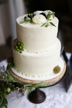 Classic Wedding Cake With Greenery Garnish | photography by http://www.annakphotography.com/ | floral design by http://www.gertiemaes.com/